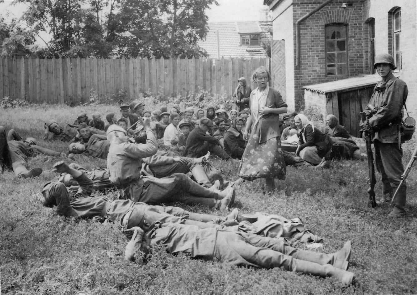 1941. Согнанная группа местных жителей и пленные красноармейцы, под конвоем солдат СС в ожидании селекции