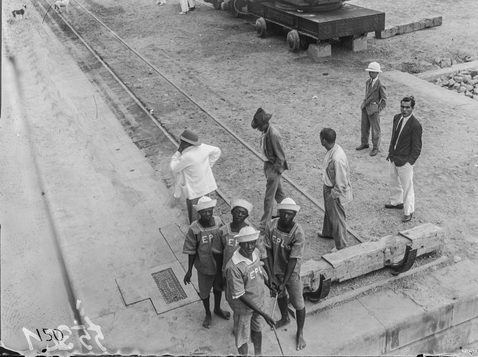 Португальская Западная Африка. Вид с парохода на группу людей на набережной порта в Лобито