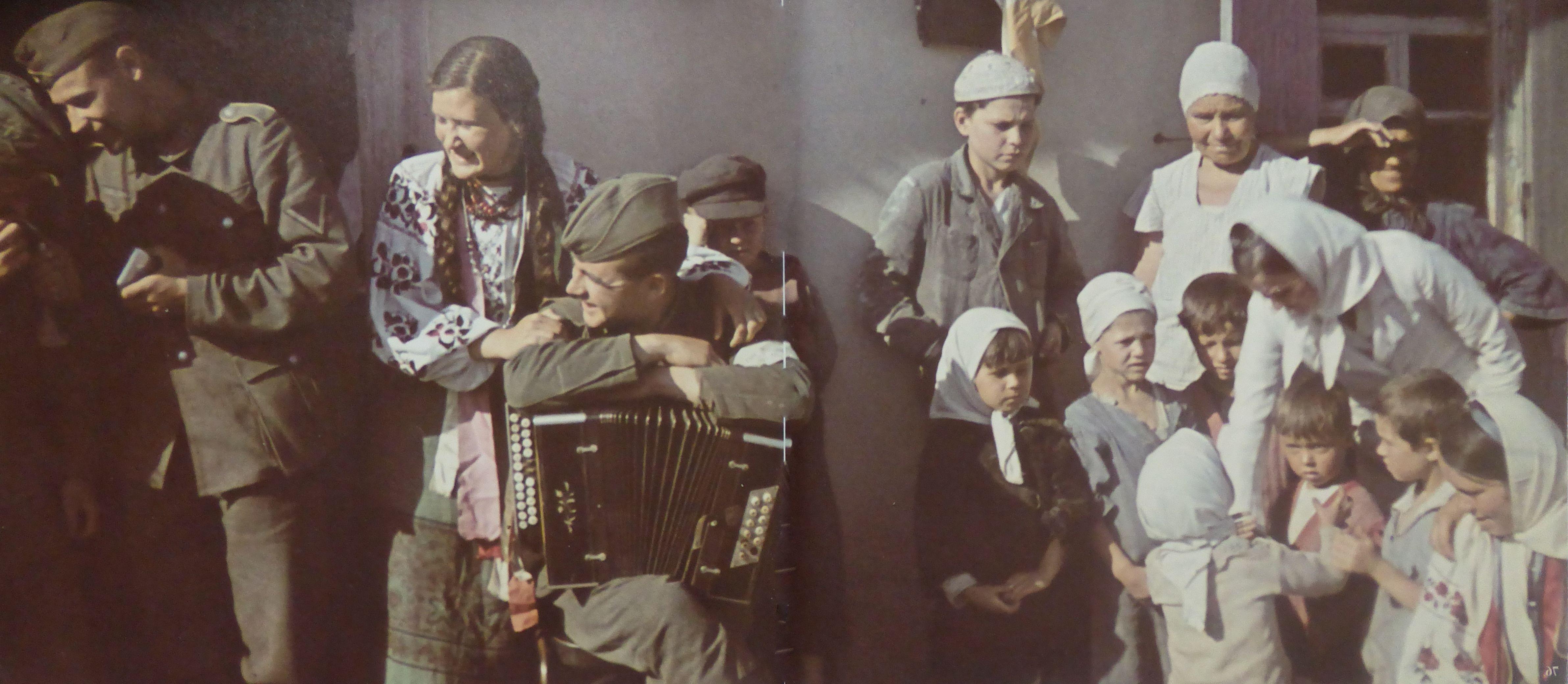 1942. Немецкие солдаты отдыхают с жителями села оккупированной Полтавской области