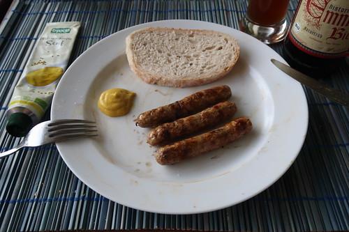 Bratwürstchen mit Senf und Weißbrot