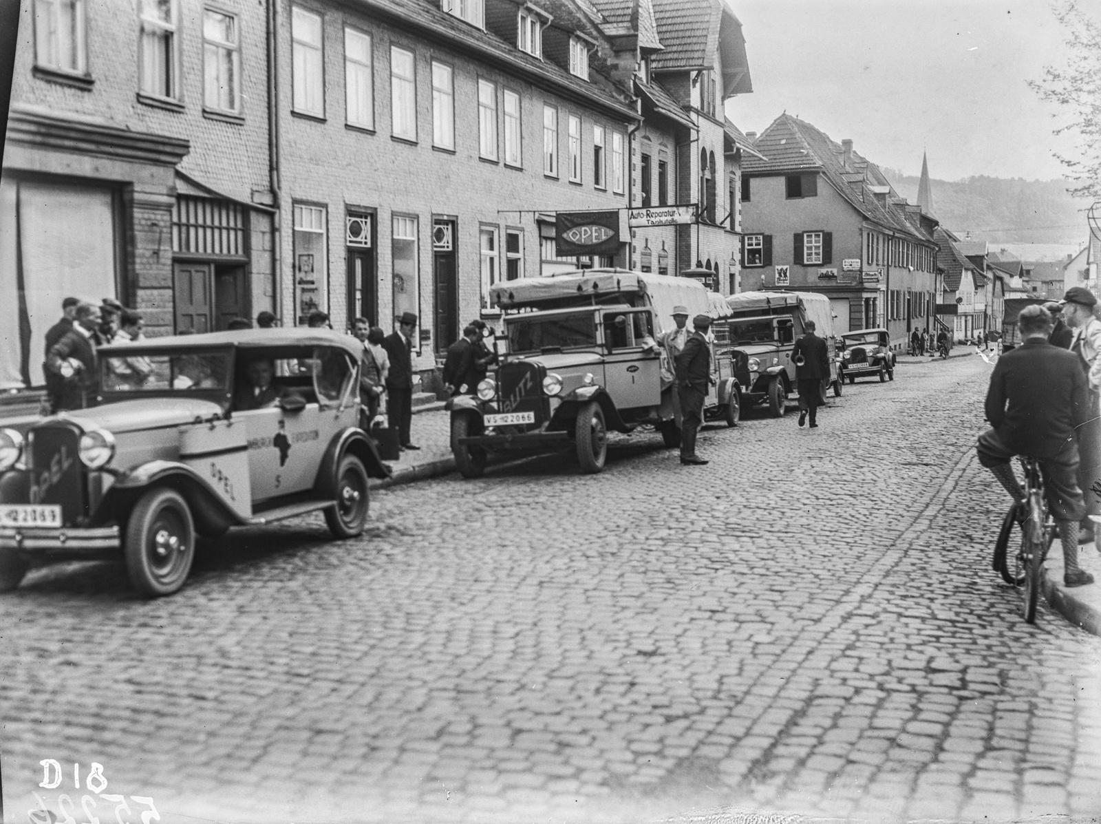 Промежуточная остановка экспедиции возле ремонтной мастерской Opel