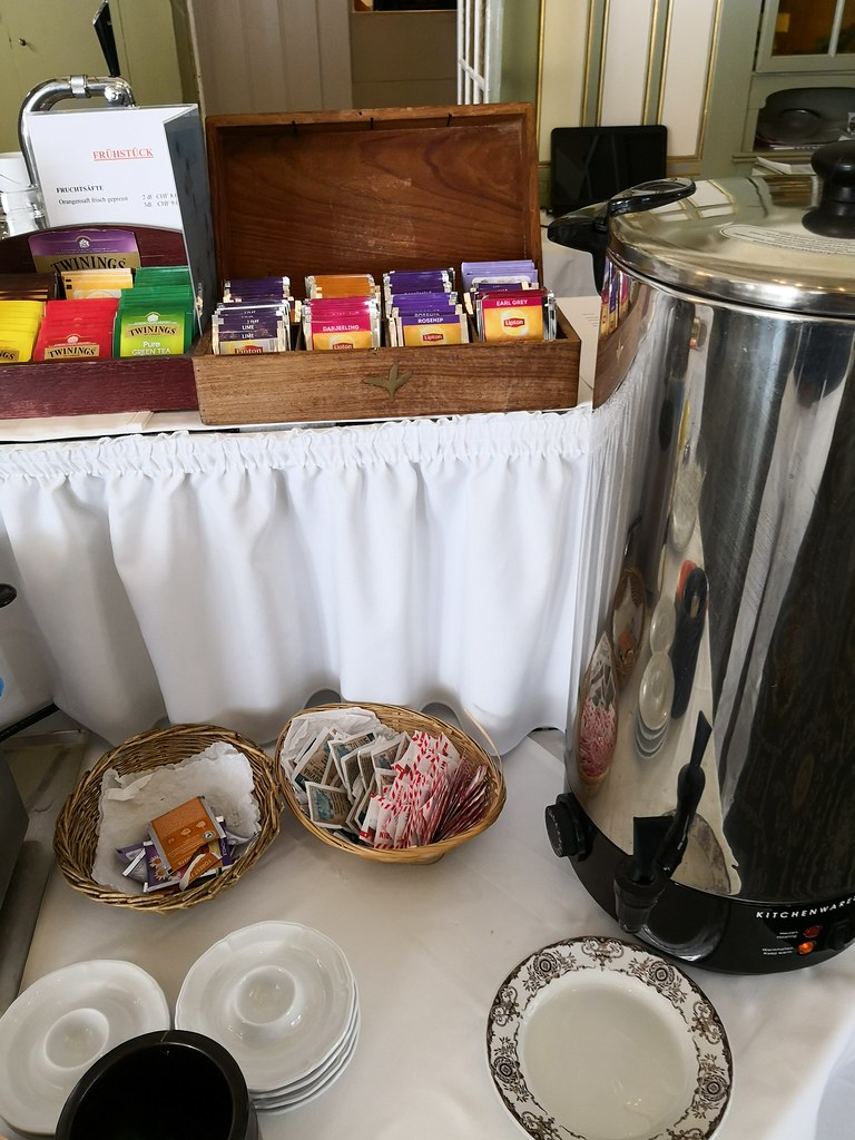 Tea and hot water dispenser