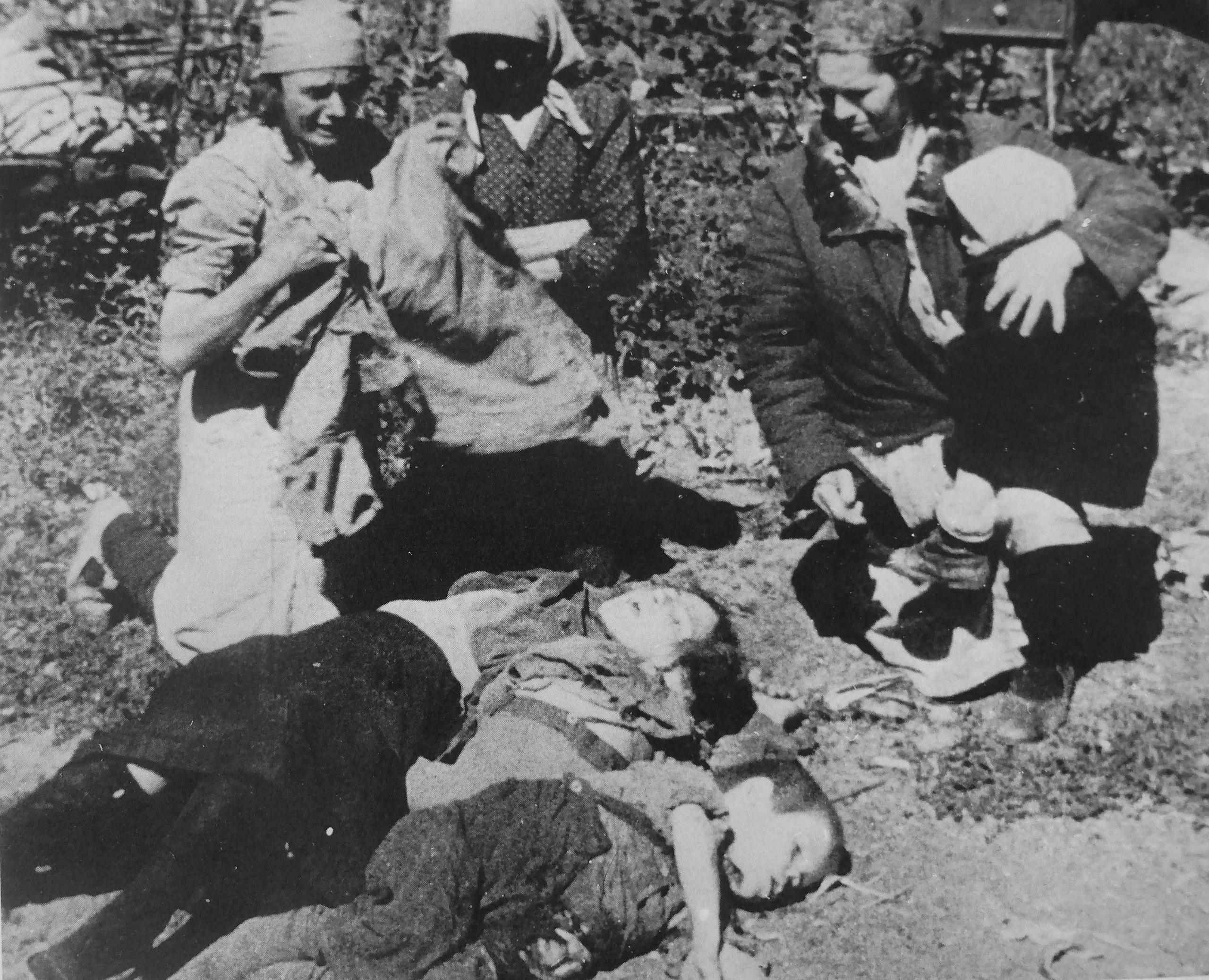 1943. Жительницы Донбасса оплакивают погибших детей