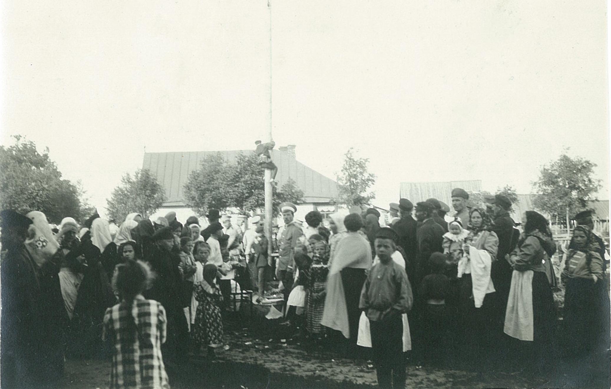Народный праздник в Рябове, влезание на столб