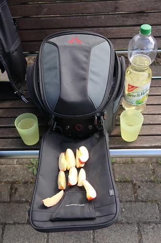 Trinkpause mit aufgeschnittenem Apfel an der Möhnetalsperre