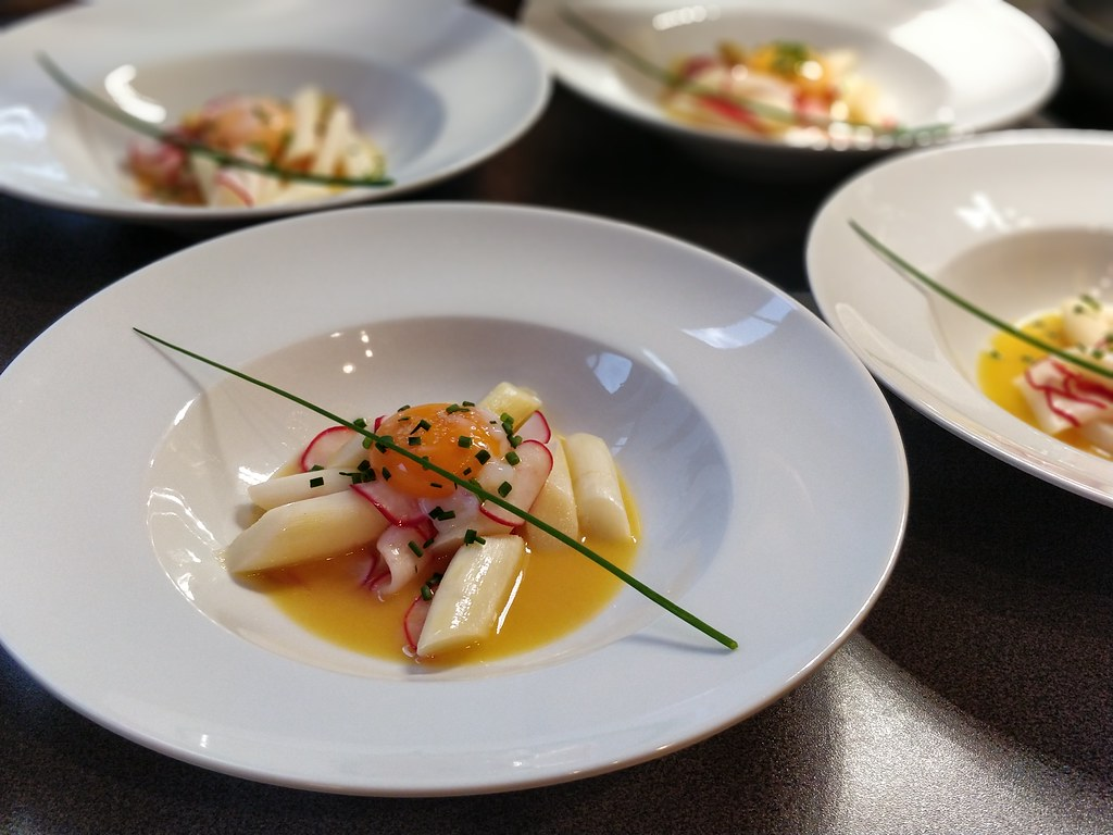 Lauwarmer Spargel-Radieschen-Salat mit Onsen-Ei
