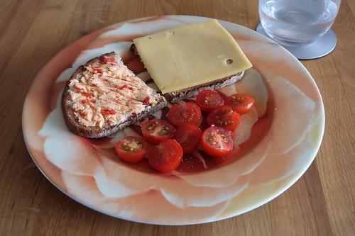 Brot mit Tomaten-Butter bzw. Käse