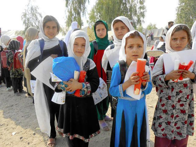 Anak-anak di negara berkembang memegang lilin puja dari JOICFP.