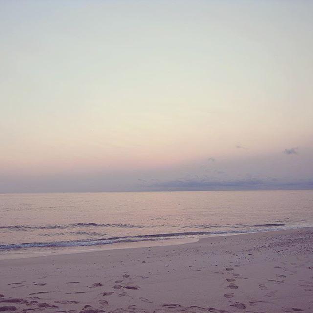 人を海にたとえると、という昨日聞いたおはなし。 ・ 海には波がある。人は日々の生活やお仕事で少なからず外からの波にさらされていて、そのことをどう感じるかというのは本人次第。さざなみのような心地のよいものもあれば、自分の予想を超えた大波にさらされることもある。そういったときに、波乗りサーファーのようにうまくその波を乗りこなせると、事なきことをえるのだけれど、そんなにうまくはいかず、ざばーんとのまれたりしたりもする。 ・ 視点を変えてみると、海は広くて、そして深い。深海の方にいけばいくほど、光も届かず、おだや