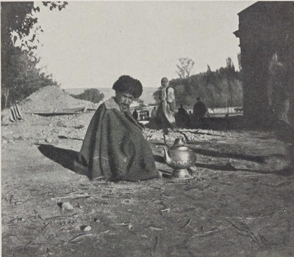 28. Эривань. Кавказский татарин пьет чай на местном базаре