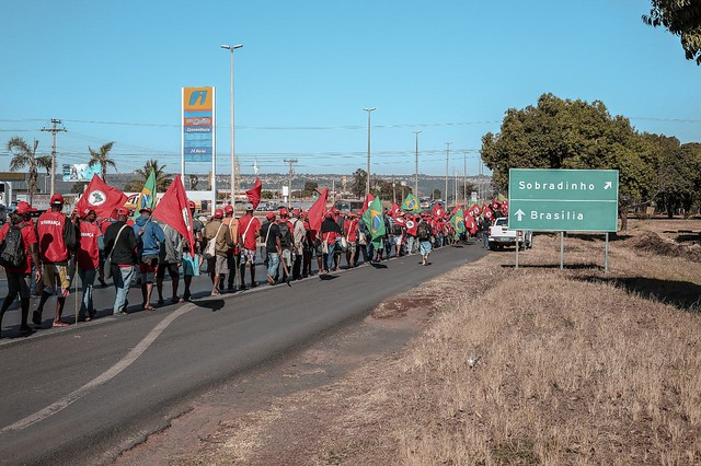 Coluna Liga Camponesas rumo a Sobradinho (DF) na manhã deste domingo (12) - Créditos: Julia Dolce