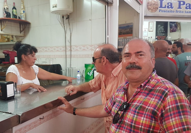 Miembros de La Voz de Algeciras hablando con comerciantes en el Mercado.1