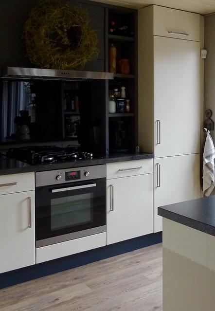 Lichte keuken zwart aanrechtblad