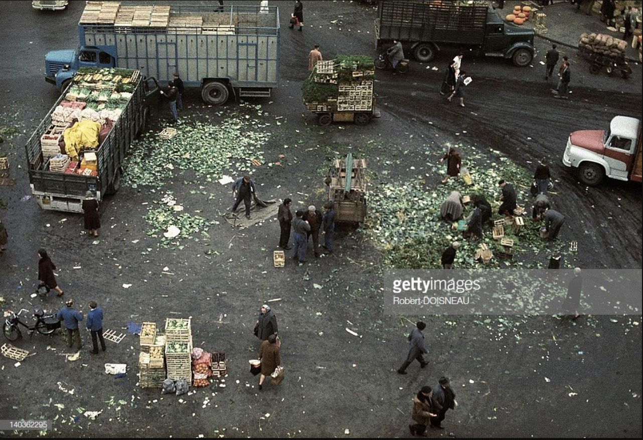 1967. После закрытия рынка в Ле-Аль люди ищут приготовленные на выброс овощи