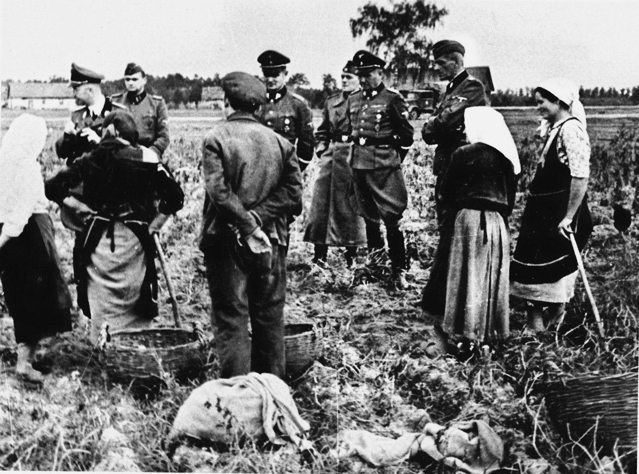 1941 — 1942. Рейхсфюрер СС Генрих Гиммлер (крайний слева высший немецкий офицер) на Украине с крестьянами одного из сел.
