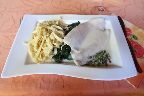 In Weißwein pochierte Forellenfilets mit Rieslingsoße, Blattspinat und hausgemachten Bandnudeln