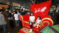 SAKURAKO and SAKIKO - Lucky pierrot - I was puzzled by the sense of this hamburger shop.