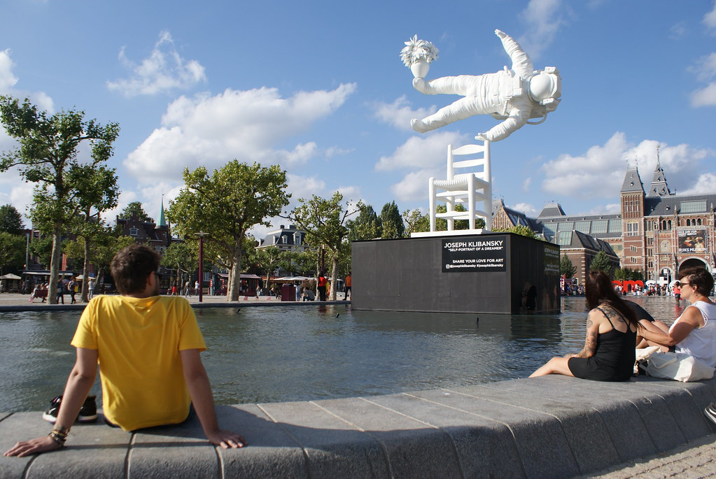 Oeuvre de l'artiste Klibansky devant le musée du Rijskmuseum à Amsterdam.