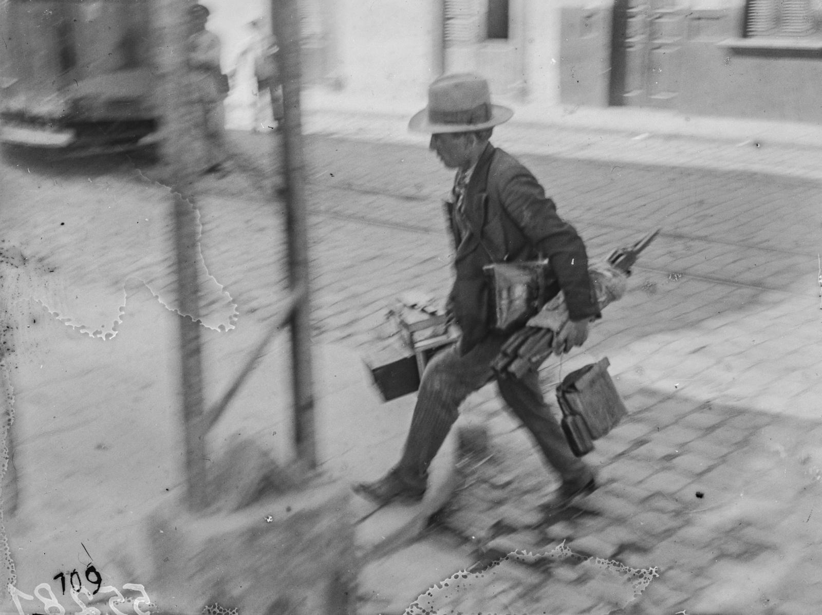Канары. Лас-Пальмос. Портрет уличного фотографа с багажом