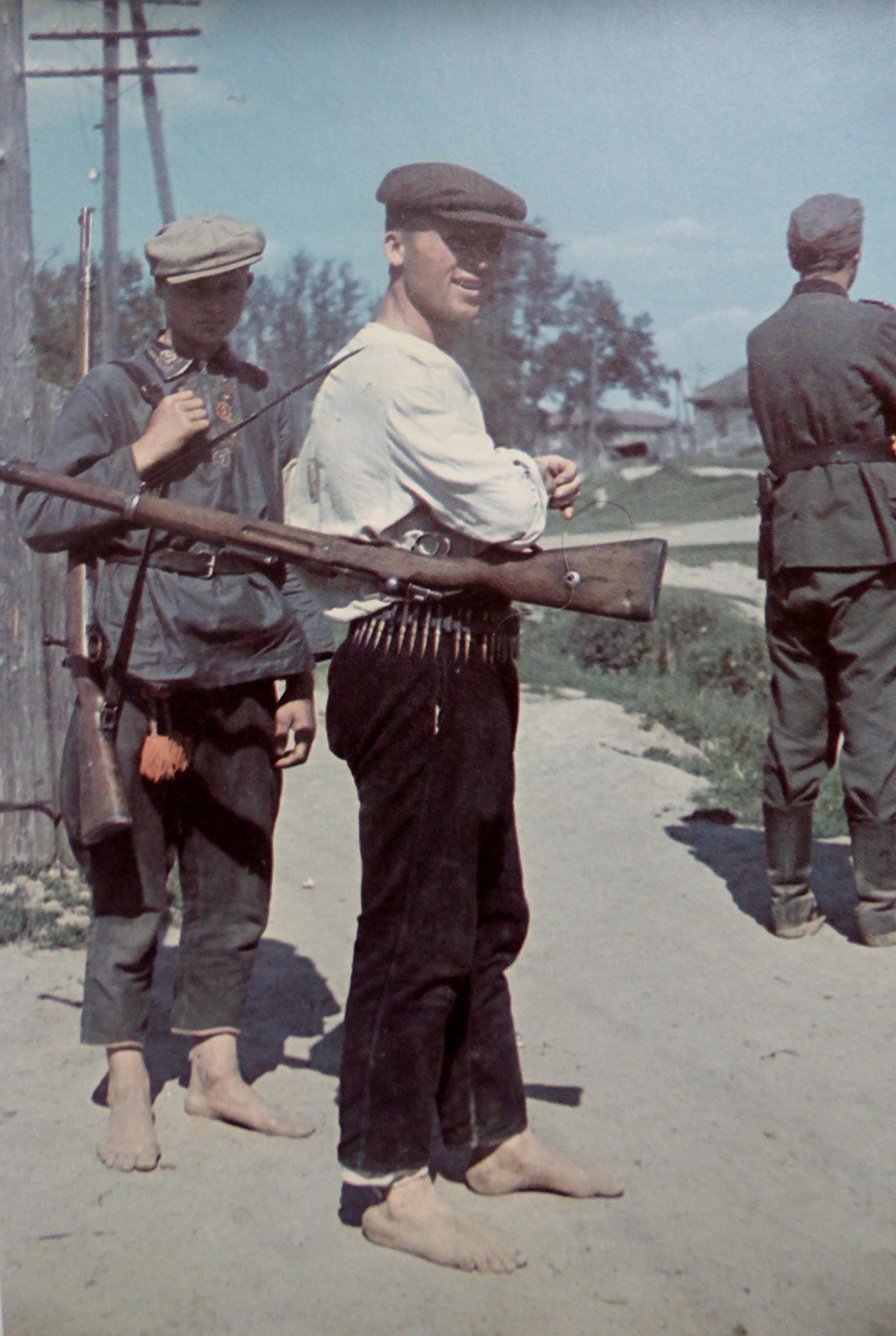 1941. Украинские полицейские и немецкий солдат в оккупированном селе