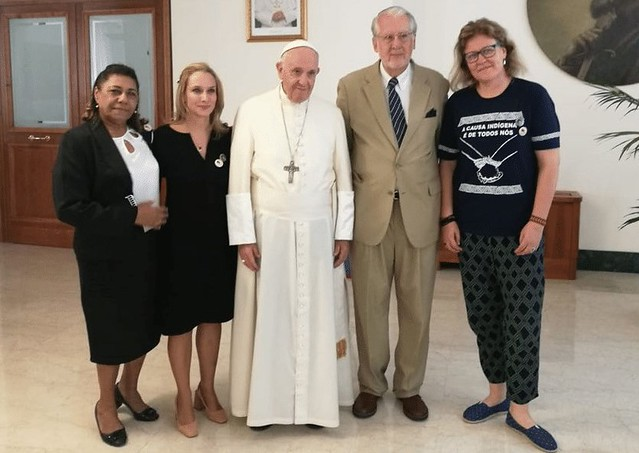 Da esquerda para a direita: Marinete Silva, Carol Proner, Papa Francisco, Paulo Sérgio Pinheiro e Cibele Kuss - Créditos: Divulgação