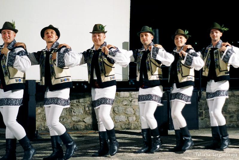 """Парни из фольклорного ансамбля """"Arancul USV"""" во время танца"""