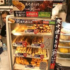 平靚正的便利商店熱食,有全新品雞串,秘制醬汁好惹味,一串份量非常夠,雞肉比想像中要嫩很多! 【浪遊旅人】https://ift.tt/1zmJ36B #backpackerjim #food #soy #salt #bbq #chicken #tokyo #japan