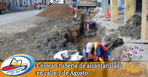 Colocan tubería de alcantarillado en calle 7 de Agosto