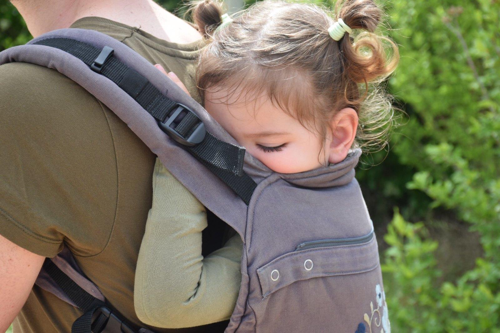 Seguimos porteando a Eva con casi tres años. Aquí, agitada después de pasar el día en Sendaviva.