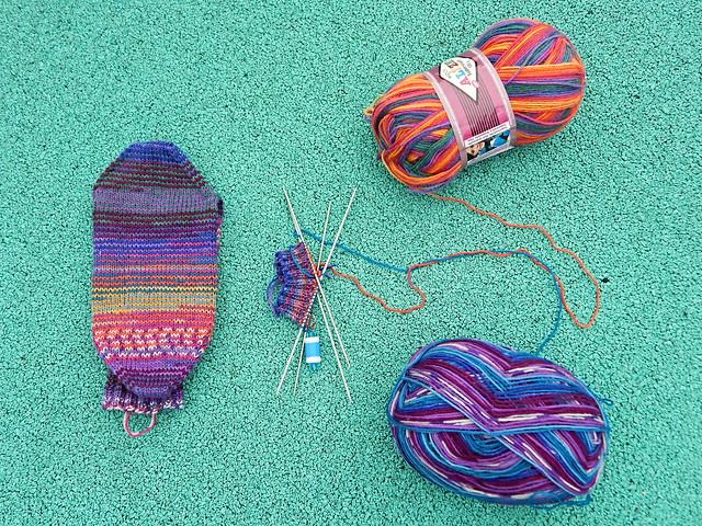 Носки спицами, связаны спиральным вязанием от двух мотков самополосатящейся пряжи, пятка задним числом | HoroshoGromko.ru