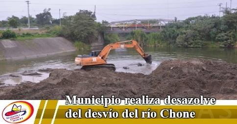 Municipio realiza desazolve del desvío del río Chone