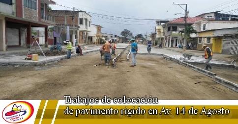 Trabajos de colocación de pavimento rígido en Av. 14 de Agosto