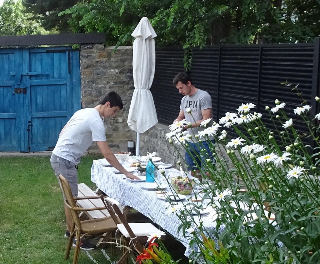 Chavalines poniendo la mesa en Biescas
