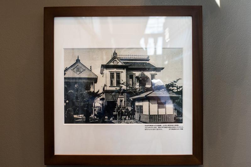 スターバックス道後温泉駅舎店に飾られている坊っちゃん列車の写真
