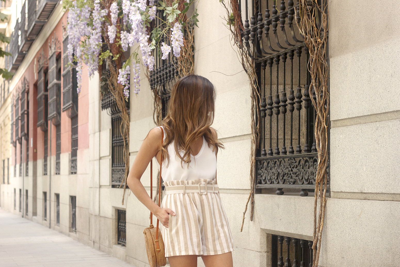 striped shorts white slippers bamboo bag casual summer outfit street style09