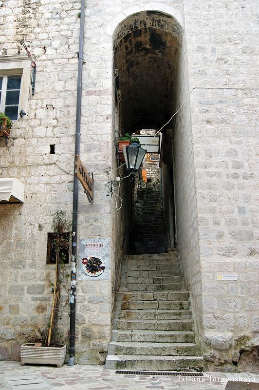 Проход под башней