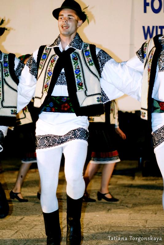 """Парень из фольклорного ансамбля """"Arancul USV"""" во время танца"""
