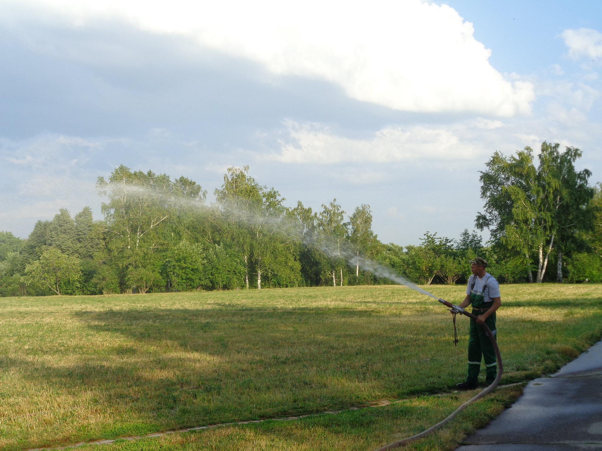 Полив территории музея при помощи пожарной машины
