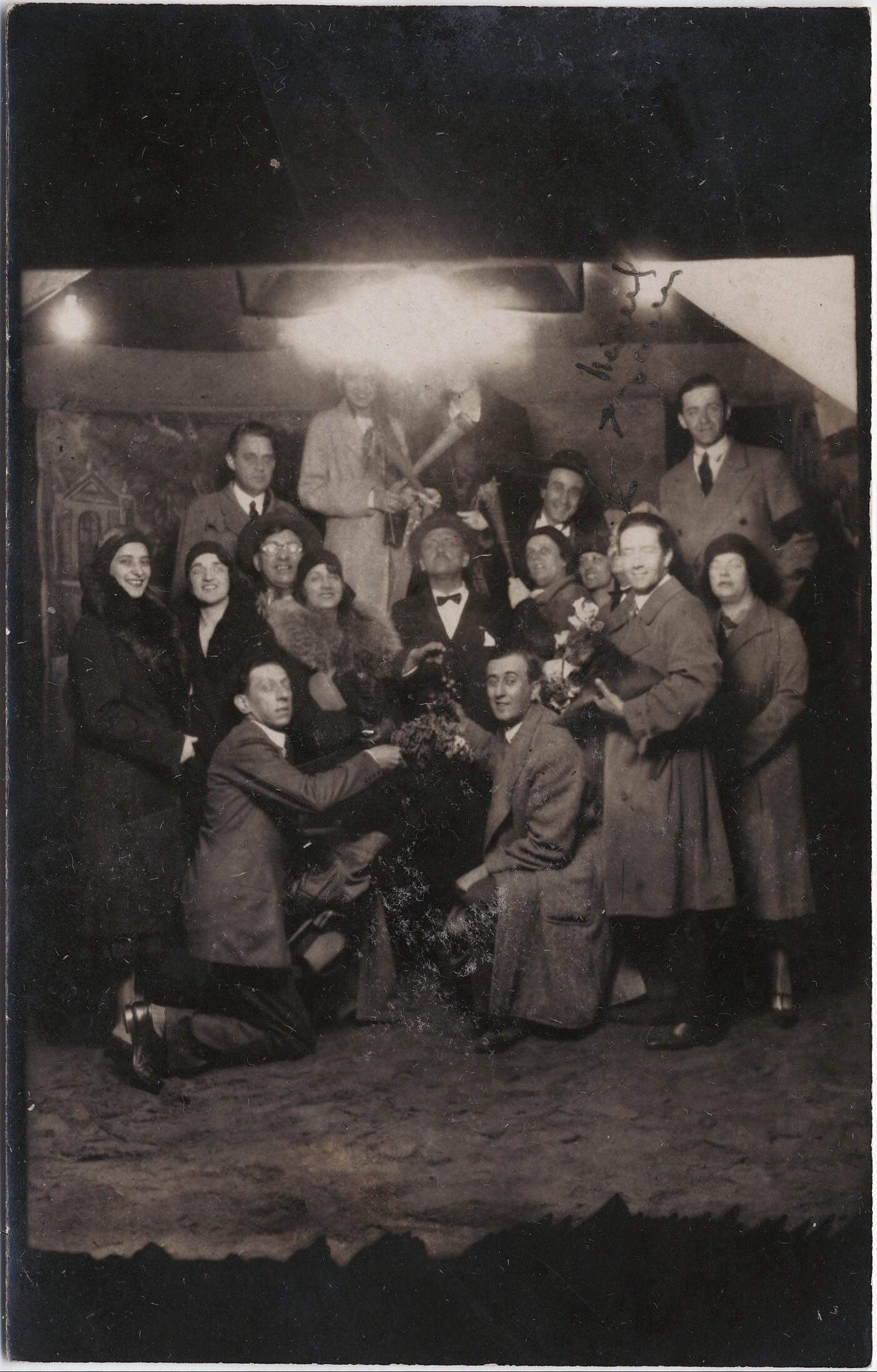1930. Бухарест, Румыния. Маринетти с «Футуристами Бухареста»