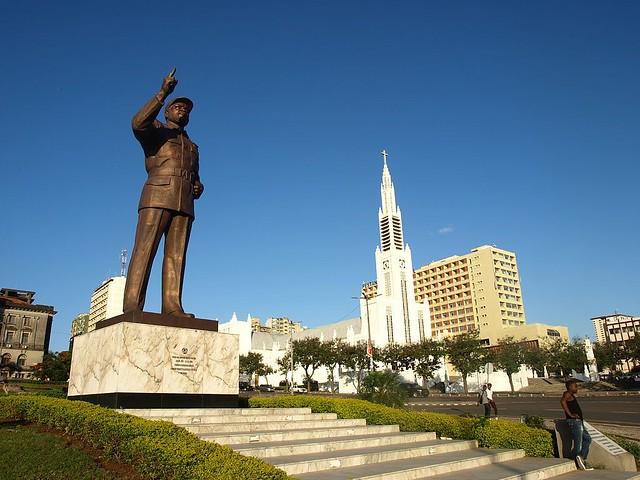 Na Praça da Independência, em Maputo, capital de Moçambique, estátua homenageia o primeiro presidente moçambicano, Samora Machel - Créditos: Wikicommons via Pinterest