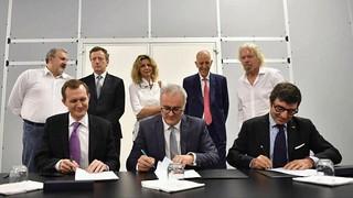 Nicola Zaccheo, al centro, firma l'accordo tra Sitael e Virgin Orbit