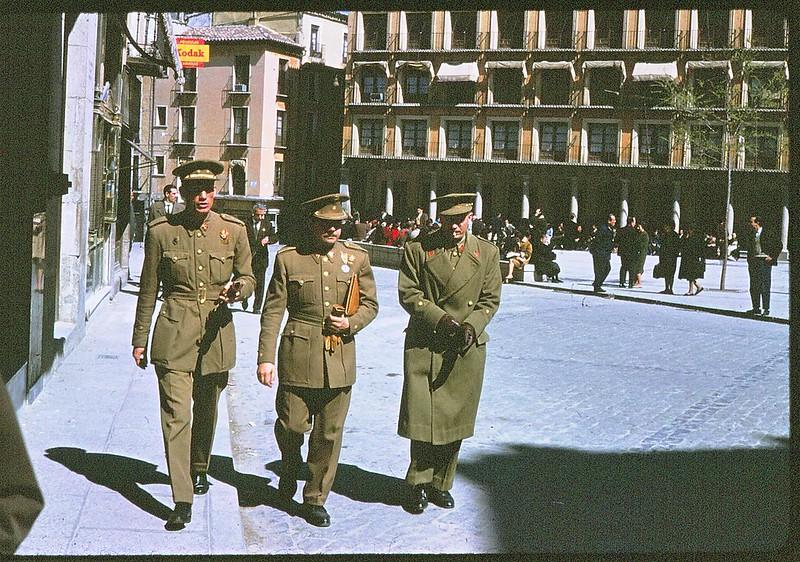 Militares en la plaza de Zocodover de Toledo en abril de 1963. Película Kodachrome. Donación de la familia Burgos.