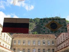 Alunos confeccionam bandeiras dos países da Copa do Mundo 2018
