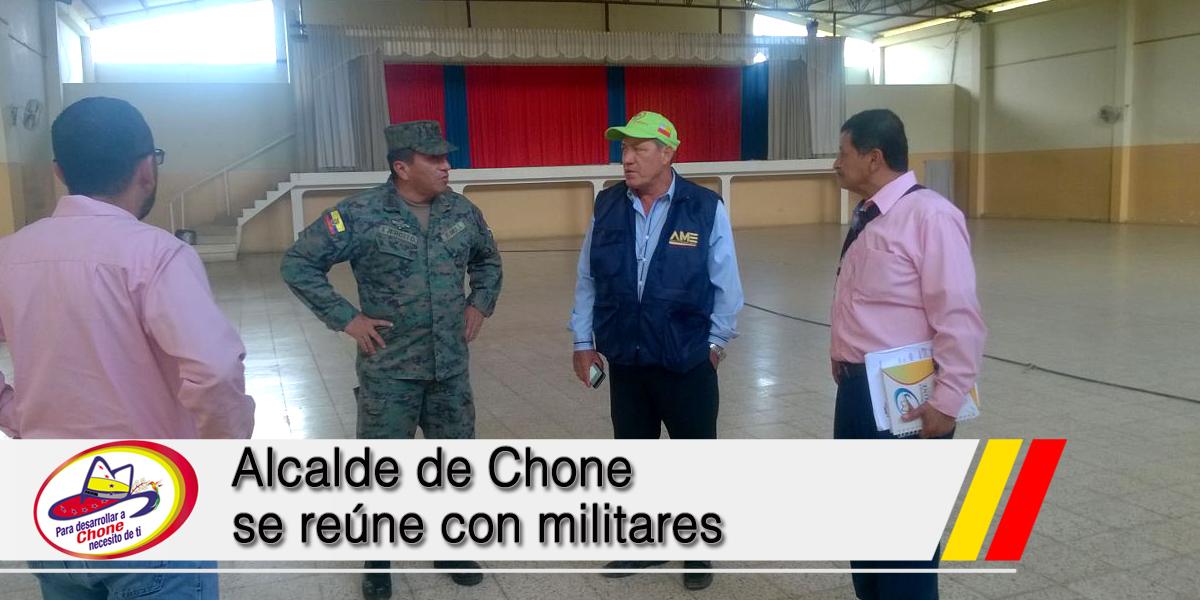 Alcalde de Chone se reúne con militares