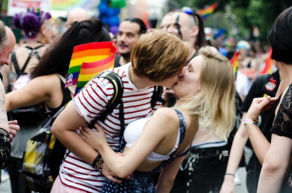 chicas besándose