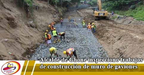 Alcalde de Chone inspecciono trabajos de construcción de muro de gaviones