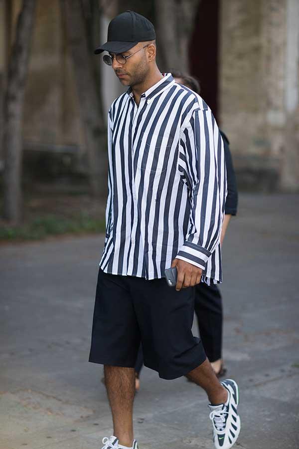 黒キャップ×紺白ストライプシャツ×黒ハーフパンツ×Nikeエアマックス96