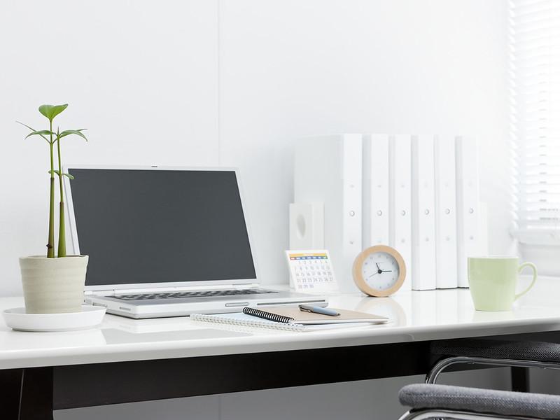 Nên dọn dẹp gọn gàng, sạch sẽ bàn làm việc để tạo sự thoải mái, nâng cao chất lượng công việc