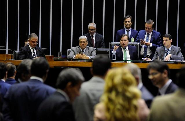 Deputados discutindo em plenário PL 10.332/18, que privatiza seis distribuidoras de energia - Créditos: Luis Macedo/Câmara dos Deputados