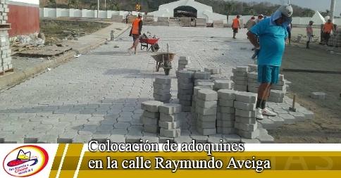 Colocación de adoquines en la calle Raymundo Aveiga